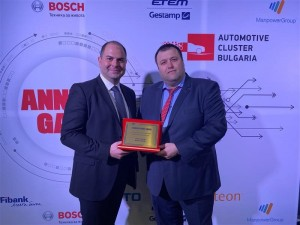 Visteon's Ivan Mihalov (l) and Velizar Dimov with the R&D award for SmartCore